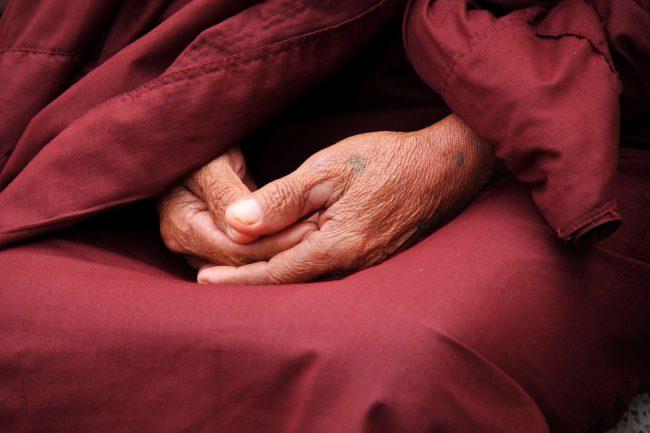 mains moine bouddhiste
