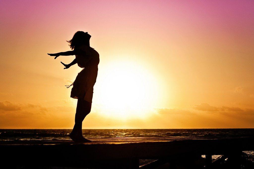 femme au soleil couchant